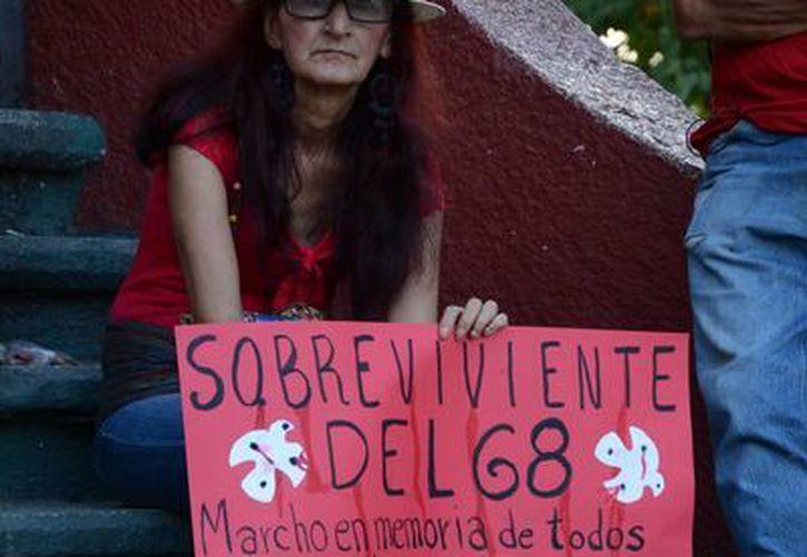 Tomaron las mantas y comenzaron a marchar sobre la avenida Tulum gritando varias consignas y porras. (Victoria González/SIPSE)
