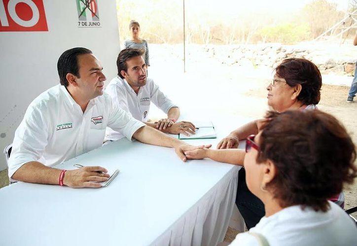 """Dos horas duró el """"Miércoles de Audiencias"""" promovido por el candidato del PRI Nerio Torres Arcila. (Milenio Novedades)"""