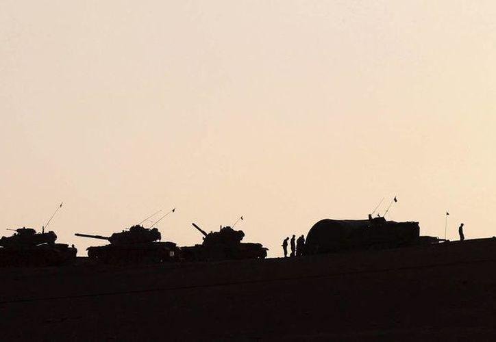 Turquía ha sido recientemente objeto de varios ataques del grupo extremista Estado Islámico. Tanques del ejército turco controlan la frontera de Sanliurfa, Turquía. (Archivo/EFE)
