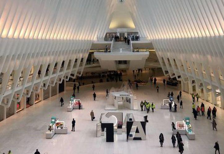 La mujer cayó al piso de la sala principal de la estructura del arquitecto Santiago Calatrava, llamada Oculus. (AP/Donald King)
