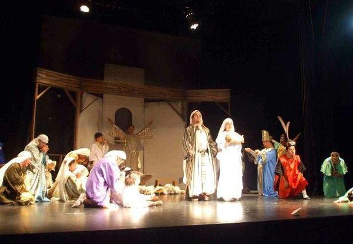 El espectáculo tiene como objetivo hacer pasar un rato agradable por medio del tema navideño. En la foto, actores de 'Pastorela en Yucatán' durante una de sus presentaciones. (SIPSE)