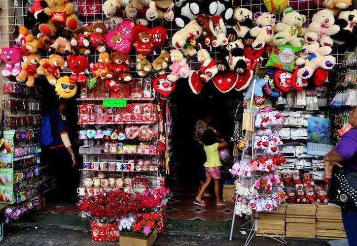 Las expectativas son positivas para los comercios relacionados con productos para obsequiar ese día. (Novedades Yucatán)