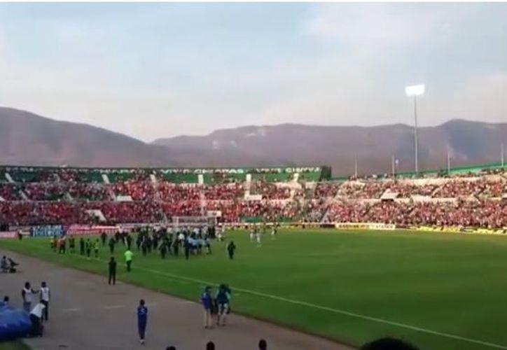 Seguidores de Jaguares ingresaron a la cancha, aparentemente para agredir al árbitro. (Captura de video)