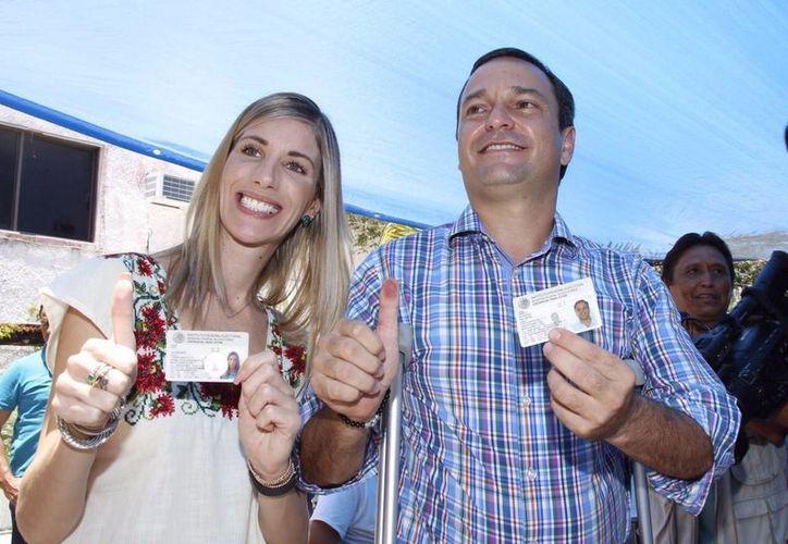El Presidente municipal acudió a votar en compañía de su esposa Luciana Da Via. (Israel Leal/SIPSE)