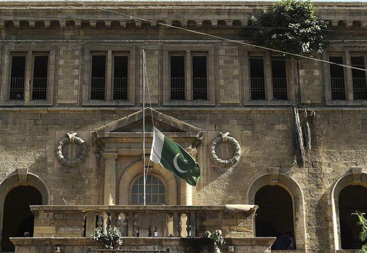 La bandera de Pakistán ondea a media asta en la fachada de la Universidad de Bacha Khan en Karachi (Pakistán) tras el ataque. (EFE)