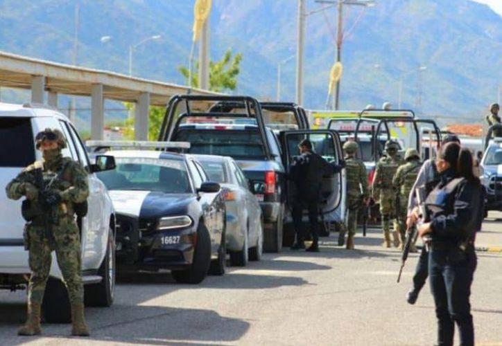 Afuera del penal se registró una fuerte movilización militar, ante el temor de que más hombres armados dentro del Cereso. (Foto: Cabo Noticias)