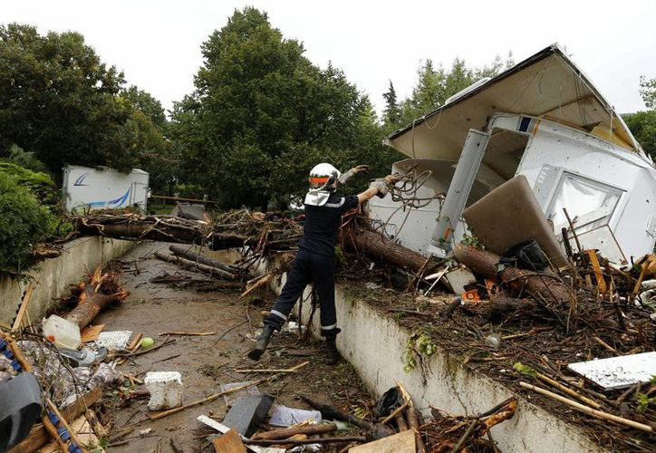 Un bombero trabaja en una zona afectada por las inundaciones en Lamalou-les-bains, sur de Francia, el pasado mes de septiembre. (Archivo/EFE)