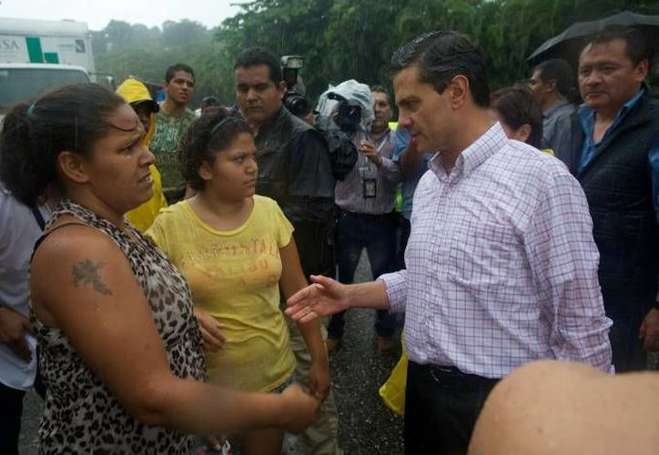 Peña Nieto en una de sus visitas a Guerrero, el pasado 21 de septiembre, durante el paso del huracán Manuel. (Milenio)