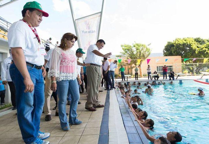 En las sedes del programa Bienestar en Vacaciones, hay 'visores' de talentos que buscan a niños para que participen en una miniolimpiada. El gobernador Rolando Zapata estuvo de visita en algunos de los lugares donde se desarrollan las actividades. (Oficial)