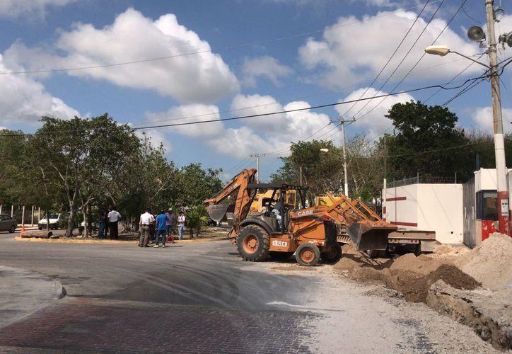 Las autoridades municipal aseguró también la maquinaria que se estaba usando para esta obra. (Foto: Redacción/SIPSE).