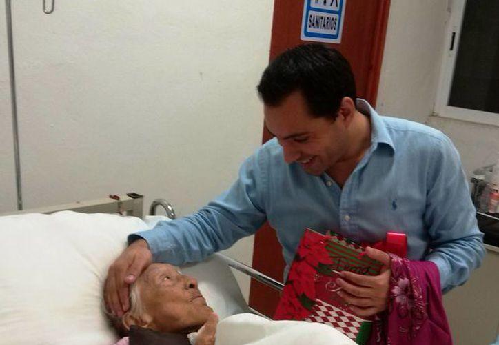 El diputado Mauricio Vila Dosal durante su visita al Centro de Atención del Adulto Mayor del DIF Municipal. (Cortesía)