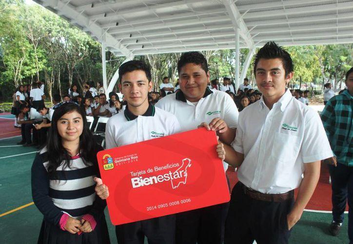 Se beneficiará con la tarjeta  a alumnos de tres municipios. (Daniel Pacheco/SIPSE)