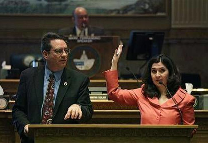 El representante republicano de Colorado, Jerry Sonnenberg, y su colega demócrata Crisanta Durán, debaten sobre cobrar cuotas universitarias intraestatales más bajas a los hijos de inmigrantes no autorizados. (Agencias)