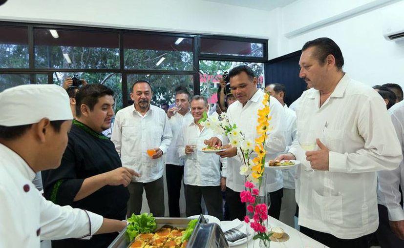 Alumnos del área de gastronomía elaboraron bocadillos para la graduación de la generación de estudiantes de la Universidad de Oriente, en Valladolid. El acto estuvo 'apadrinado' por el gobernador Rolando Zapata Bello (segundo de derecha a izquierda). (Milenio Novedades)