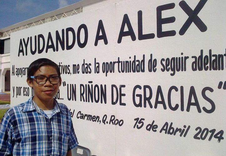 """""""La operación es costosa y con monedas de 10 pesos quiero hacer un camino de un kilómetro"""", nos cuenta Alex. (Luis Ballesteros/SIPSE)"""