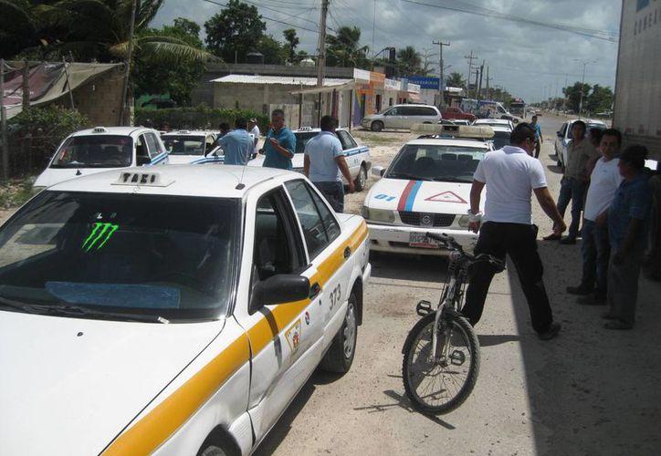 En los últimos días se ha intensificado la presencia de operadores de Chetumal que acuden en busca de pasaje. (Javier Ortiz/SIPSE)