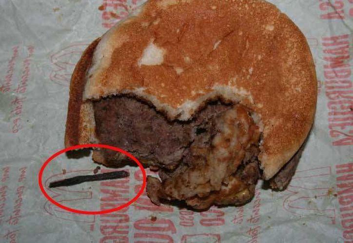 Un peritaje estableció que la cola de ratón se frió en la parrilla junto con la hamburguesa. (laterceratv.cl)