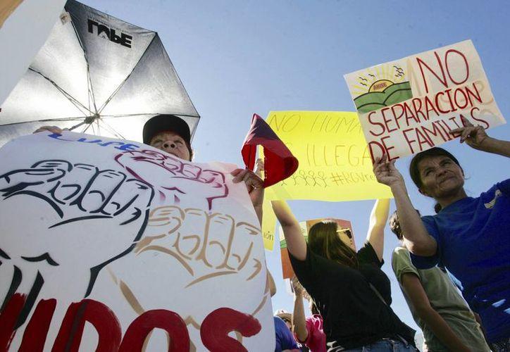El sueldo que ganan en EU es uno de los motivos por el que los inmigrantes no quieren ser deportados. Imagen de una protesta contra las leyes del presidente Trump contra los indocumentados. (Joel Martinez/The Monitor vía AP)