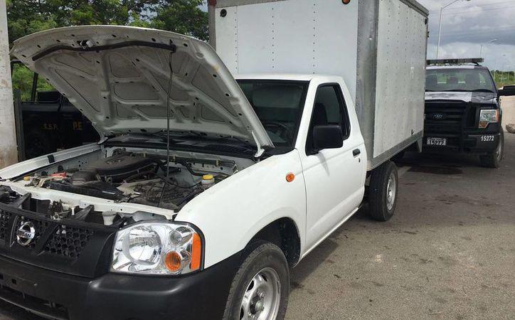 La camioneta marca Nissan, color blanca y con placas de circulación del Estado de Quintana Roo fue revisada en la carretera Campeche-Mérida. (Milenio Novedades)