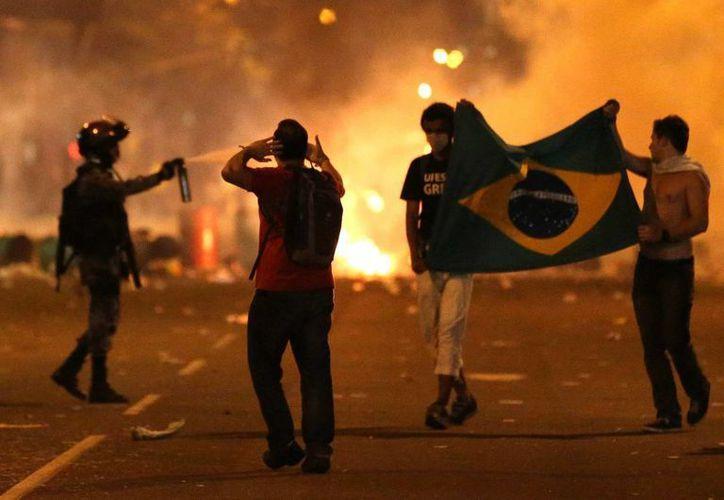 En algunas ciudades se registraron violentos choques. (EFE)