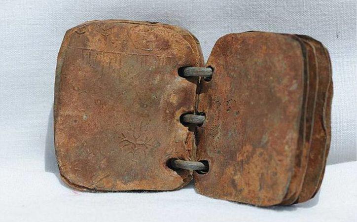 Los libros, que constan de láminas de plomo unidas por anillos de metal, fueron encontrados en Cisjordania en 2006. (David Elkington)