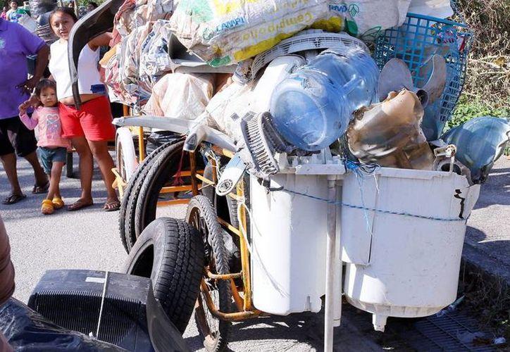 Uno de los esfuerzos para combatir el dengue es el programa 'Recicla por tu bienestar', al que corresponde la imagen. (Milenio Novedades)