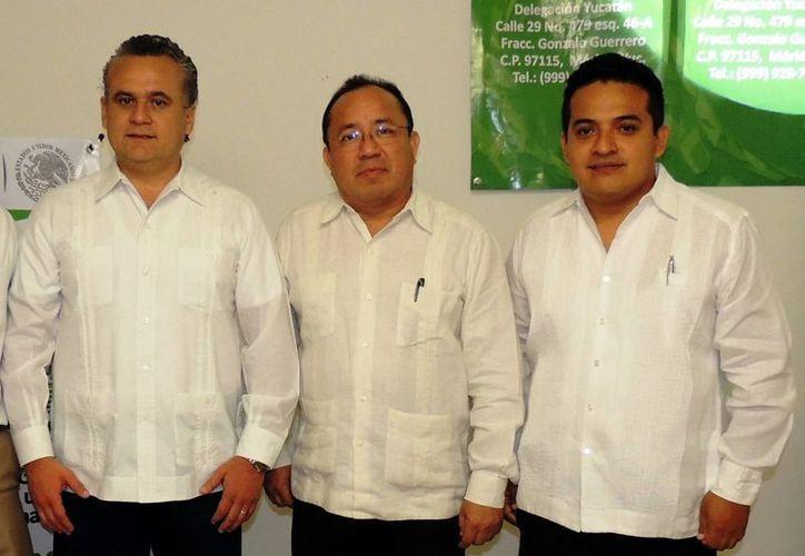 René Tun Castillo (c) rindió protesta ayer como delegado. (Milenio Novedades)