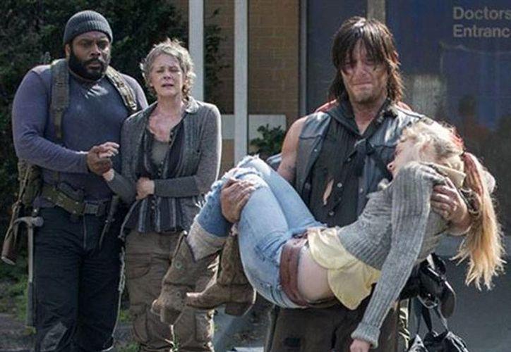 Escena de la muerte de Beth, con la que culminó la primera mitad de la quinta temporada de The Walking Dead. Daryl, quien sostiene a Beth, cae en un profunda depresión tras la muerte de la joven. (excelsior.com.mx)