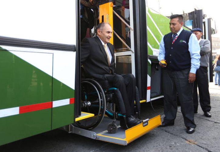 Los nuevos autobuses de la Ciudad de México tuvieron una inversión de 220 millones de pesos. (twitter.com/ManceraMiguelMX)