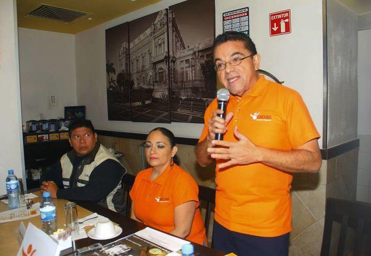 El director del Centro Crehas Formación y Desarrollo, Antonio Alonzo Ruiz explica su programa de trabajo para el primer trimestre de 2014. (Juan Albornoz/SIPSE)