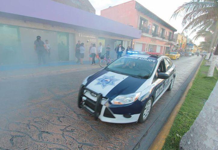 Elementos de seguridad acudieron a un reporte de un supuesto incendio en el interior de una joyería. (Gustavo Villegas/SIPSE)