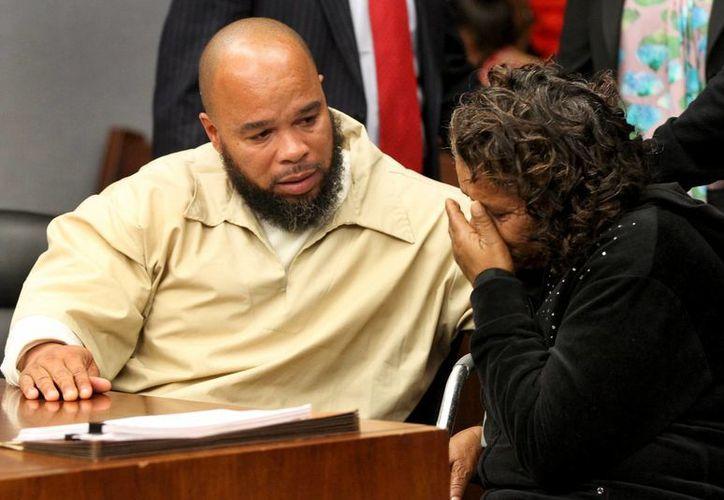Gerard Richardson habla con su madre Annie Claybon tras la audiencia realizada en la corte de Somerville, N.J. (Agencias)