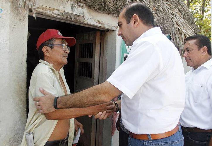 Felipe Cervera Hernández hace campaña casa por casa. (Milenio Novedades)
