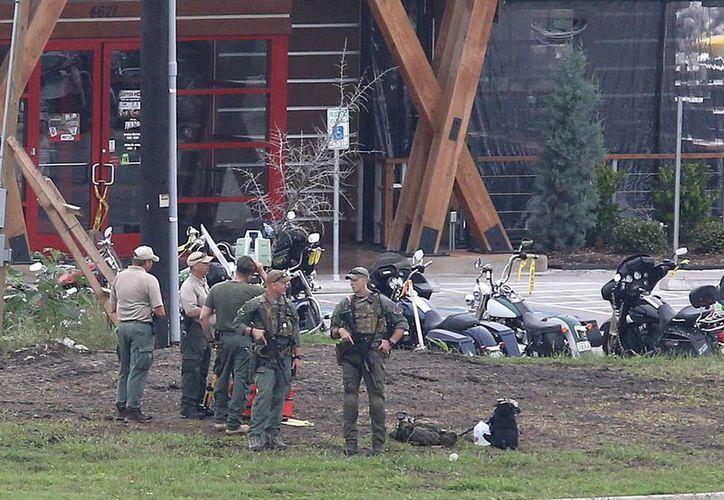 Agentes de la policía investigan el tiroteo relacionado con pandillas de motocicletas en el restaurante Twin Peaks. (AP)