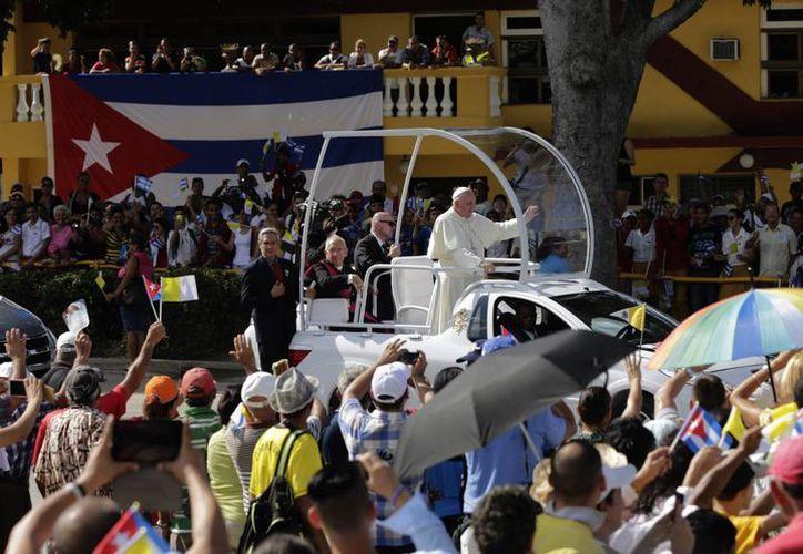Papa Francisco saluda desde el papamóvil a los asistentes a la misa en la Plaza de la Revolución en Holguín, Cuba. (Agencias)