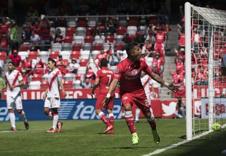 Fernando Uribe celebra el gol que le dio los tres puntos y el liderato de la Liga MX al Toluca, quien este domingo cumplió 100 años. (Jam media)