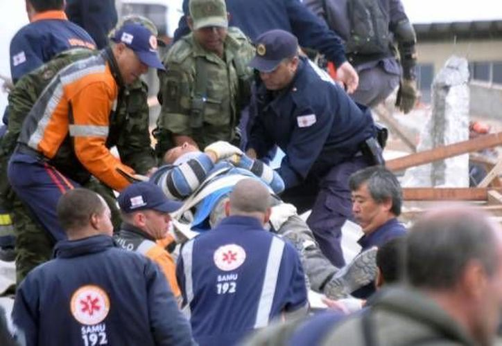 Un número indeterminado de personas siguen atrapadas debajo de los escombros. (Globo)