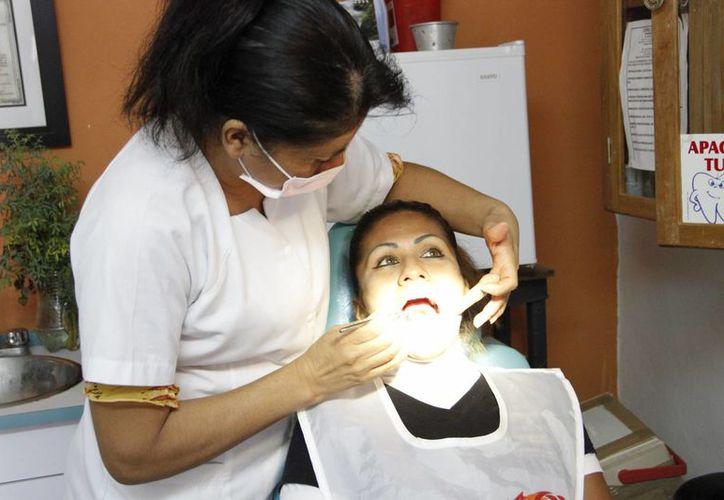 La caries, inflamación de las encías, inflamación o movilidad de piezas dentales, son los problemas por lo que las personas acuden al médico. (Tomás Álvarez/SIPSE)