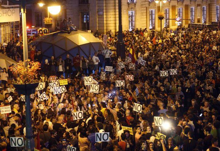Miles de personas participan en la marcha 'Rodea el Congreso', en la Puerta del Sol de Madrid, convocada por la Coordinadora 25-S, para protestar por la investidura de Mariano Rajoy como presidente del Gobierno. (EFE)