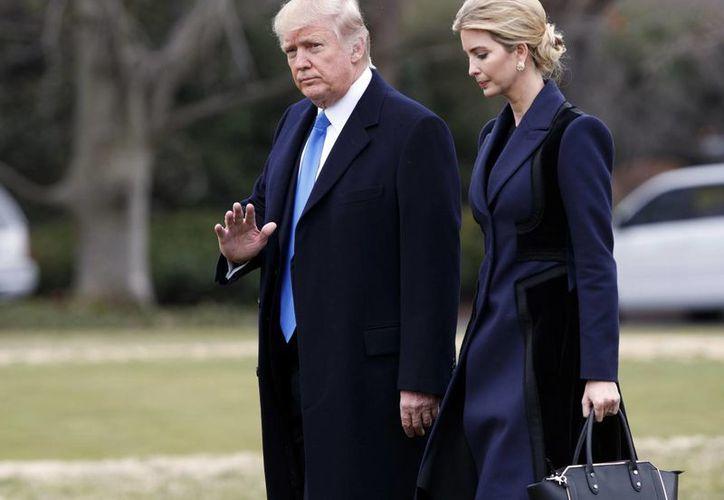 La administración de Donald Trump es la primera que causa tanta polémica por conflictos de interés con sus negocios. (AP/Evan Vucci)