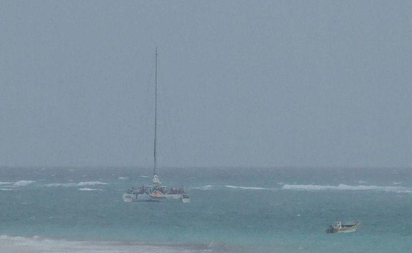 El catamarán encalló frente a la bahía de Akumal. (Rossy López/SIPSE)