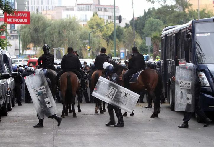 Policías capitalinos se preparan para resguardar las instalaciones del Senado de la República. (Notimex)