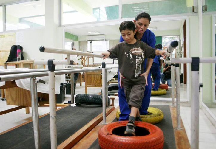 El CREE atiende a pacientes con problemas de movilidad, como este niño a quien rehabilitan en el lugar. (Archivo/Milenio Novedades)
