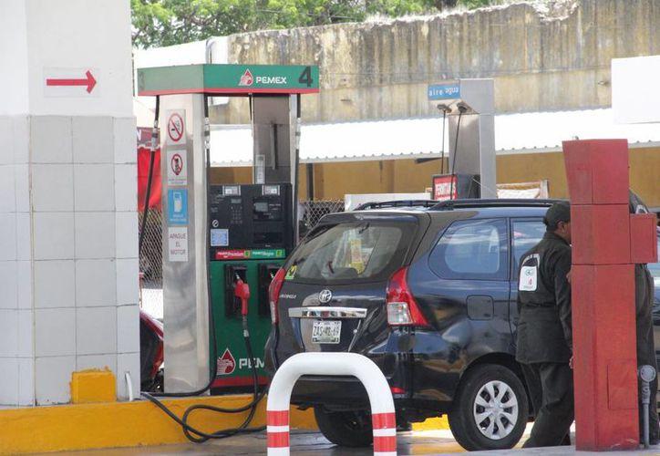 El inicio de año luce complicado ante un eminente aumento de precios a las gasolinas, por lo que manejar adecuadamente representa una forma de ayudar al gasto familiar. (Archivo/ SIPSE.com)