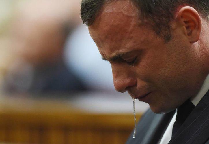 En unas horas se dará el veredicto final en el caso Pistorius, que en la gráfica se aprecia mientras escucha a la jueza  Thokozile Masipa absolverlo de homicidio premeditado. (Foto: AP)