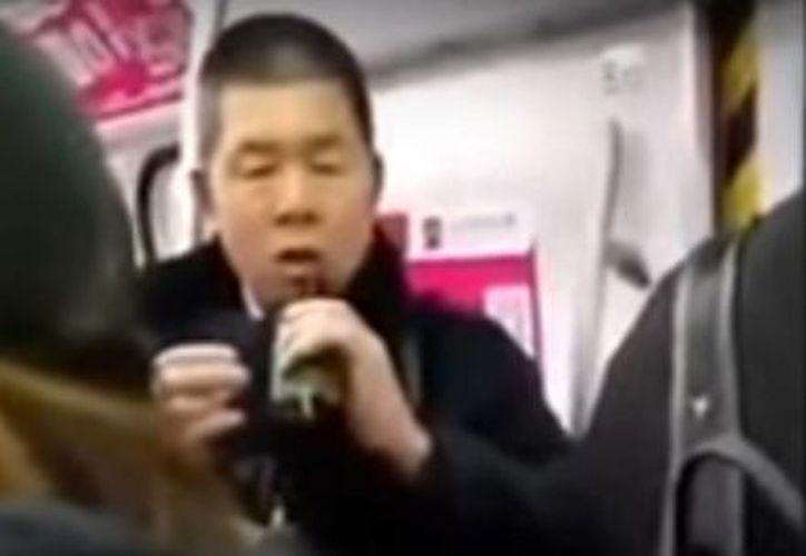 En el video se ve se ve a las personas (cinco hombres y tres mujeres) beber un líquido color blanco que se presume es pesticida. (Captura de pantalla/YouTube)
