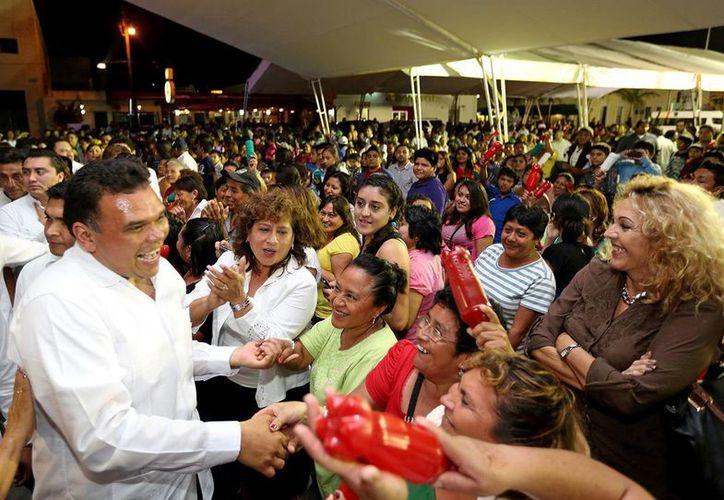 Cientos de personas recibieron al Gobernador a su llegada a Progreso. (Milenio Novedades)