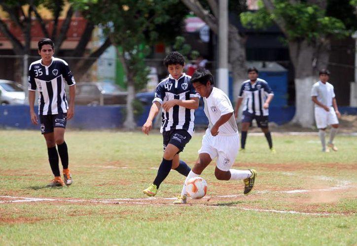Rayados y Club Soccer sostuvieron una dura batalla en la media cancha. (SIPSE)