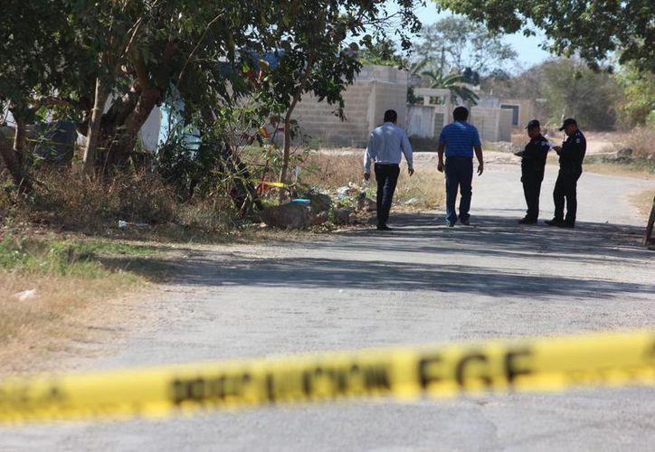 El cadáver de un hombre asesinado con arma blanca fue descubierto este martes en la colonia Trincheras, en Umán. Aún no hay nadie detenido. (Aldo Pallota/Milenio Novedades)