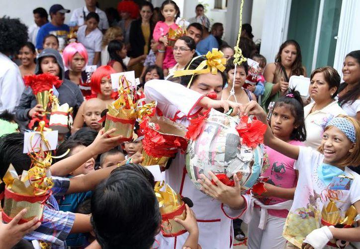 Más de 70 niñas, niños y jóvenes pacientes de cáncer recibieron regalos y dulces. (Cortesía/SIPSE)